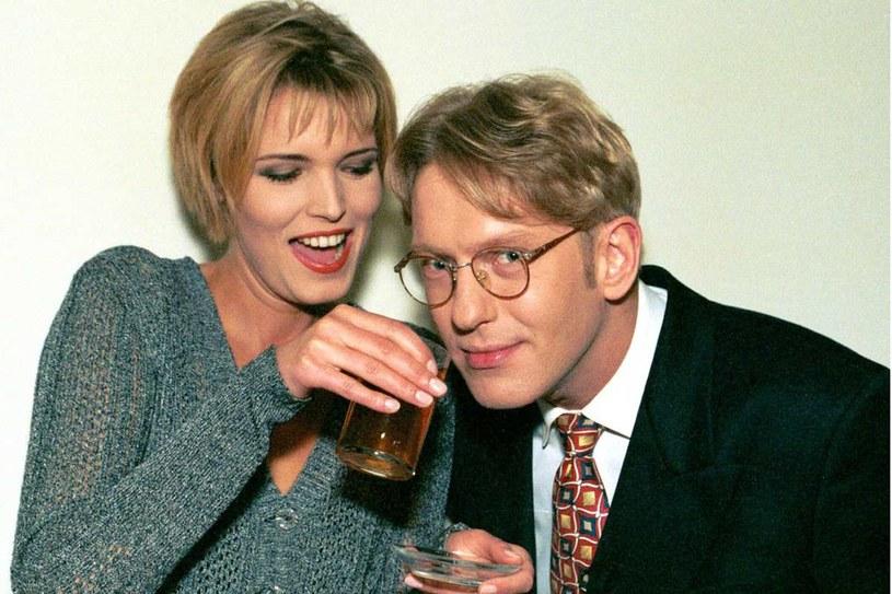 """1998 rok - Mariusz Szczygieł z asystentka Iloną Felicjańską na planie """"Na każdy temat"""" /Krzysztof Wojda /Reporter"""