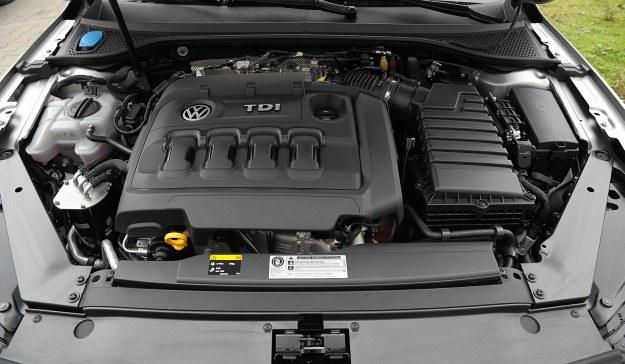 2-litrowy diesel biturbo R4 rozwija 240 KM oraz 500 Nm. Jednostki o podobnych parametrach mają po 5-6 cylindrów. Silnik jest żwawy i stosunkowo oszczędny. Dzięki zastosowaniu koła dwumasowego z tłumikiem drgań skrętnych typu wahadłowego napęd pracuje z wysoką kulturą. /Auto Moto