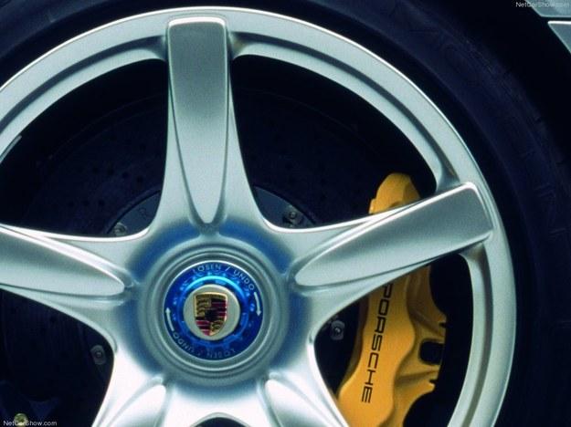 20-calowe kota są wykonane z magnezu, ze specjalnymi śrubami (z lewej strony czerwonymi, z prawej niebieski-mi). Olbrzymie, ceramiczne tarcze zatrzymują auto ze 100 do 0 km/h na odcinku 33 m. /Porsche