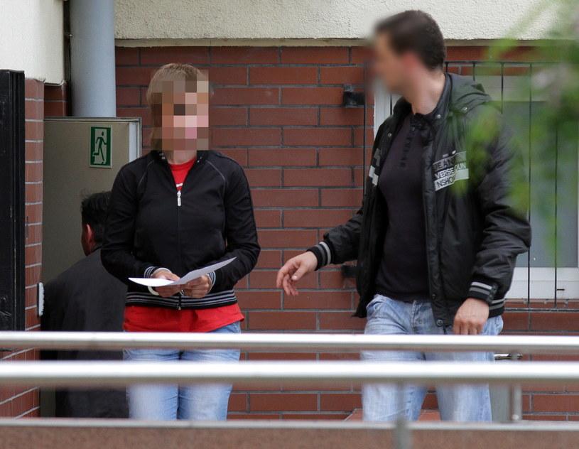 20-letnia Karolina A. prowadzona przez policjanta na terenie sądu w Łęczycy /Grzegorz Michałowski /PAP