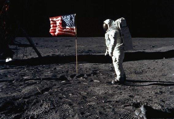 20 lipca 1969 - Edwin E. Aldrin obok zatkniętej na Księżycu amerykańskiej flagi /AFP
