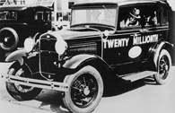 20-milionowy ford opuszcza fabrykę w Detroit 24 IV 1931 r., prowadzi go Henry Ford /Encyklopedia Internautica