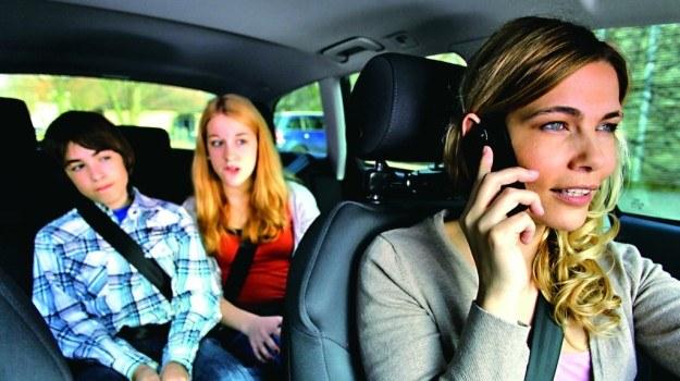 20% respondentów w wieku 4-16 lat skarży się, że ich rodzice rozmawiają podczas jazdy przez telefon komórkowy trzymany w ręce. /Motor