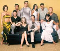 """2001: 1) Perełki twórcy hitów: Obejrzeliśmy zakończenia klasyków mistrza seriali Aarona Spellinga – """"Beverly Hills 90210"""" i """"Melrose Place"""" oraz poznaliśmy jedno z jego ostatnich dzieł – """"Czarodziejki"""".   2) Ogromna strata: 1 lutego dowiedzieliśmy się o śmierci Marcina Kołodyńskiego, młodego i dobrze zapowiadającego się aktora, znanego z roli Darka w """"Rodzinie zastępczej""""."""