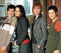 """2003: 1) 27 stycznia zadebiutowało """"Na Wspólnej"""", które stacja TVN emituje do dziś. Losy mieszkańców osiedla od lat cieszą się niesłabnącą popularnością widzów.  2) W 2003 r. w Polsce nastąpił wysyp naprawdę ciekawych i trzymających w napięciu seriali kryminalnych – """"Defekt"""" czy """"Fala zbrodni""""."""