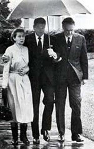 22 grudnia 1981 r. Prezydent Ronald Regan trzyma parasol nad Romualdem Spasowskim i jego żoną Wandą (źródło: inter-videofact.com) /Archiwum autora