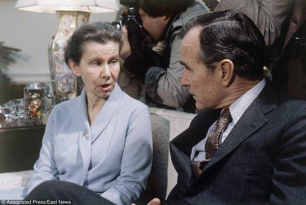 22 grudnia 1981 r. - spotkanie w Owalnym Gabinecie Białego Domu. Nz. żona ambasadora Romualda Spasowskiego, Wanda w rozmowie z wiceprezydentem Georgem Bushem /ASSOCIATED PRESS/FOTOLINK  /East News