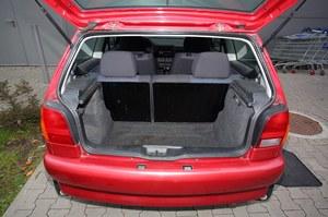 245 litrów to niewiele. Bagażnik cierpi głównie z powodu szerokich nadkoli. Uwaga: dzielona kanapa też była opcjonalna. /Motor
