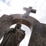 26 tys. podpisów pod petycją w obronie krzyża na pomniku Jana Pawła II