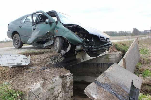 27-letni kierowca tego nissana miał  3 promile alkoholu we krwi. Fot. Andrzej Woźniak /East News