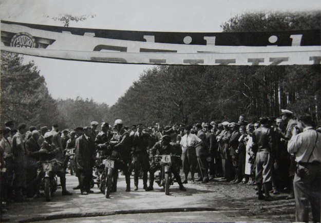 28 kwietnia 1935 r. Start do wyścigu motocyklowego w Strudze /Archiwum Tomasza Szczerbickiego