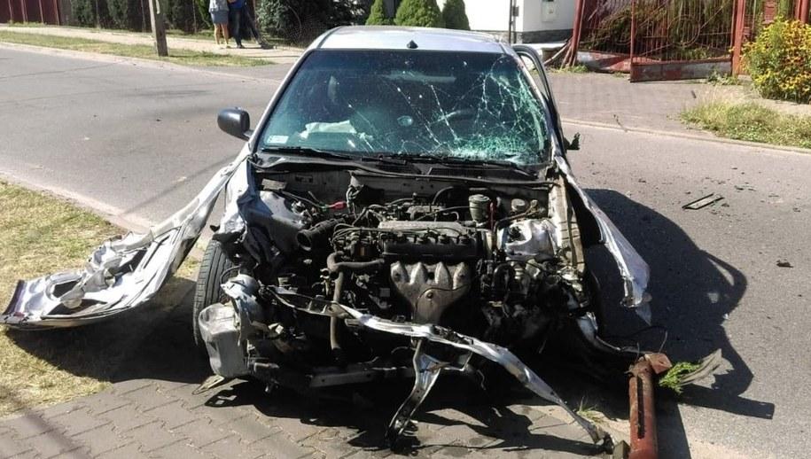 29-latek jadąc ulicami Łodzi rozbił w sumie 3 samochody i uderzył w 2 bramy /Łódzka policja /Policja