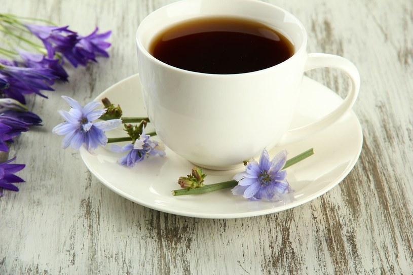 3 łyżeczki rozpuszczalnej kawy zbożowej zalej niepełną szklanką wrzątku, dodaj kilka kropli aromatu migdałowego /©123RF/PICSEL