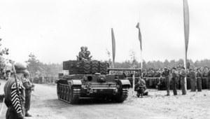 """3 maja 1946 r., Meppen. Ostatnia defilada """"Czarnych Diabłów"""" - 1. Dywizji Pancernej generała Maczka"""
