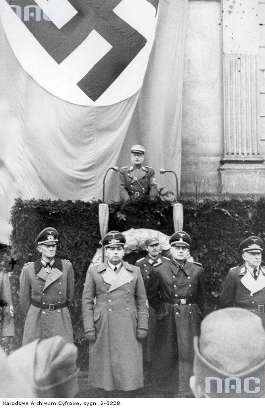 30 stycznia 1944 r. Uroczystości NSDAP na pl. Szczepańskim w Krakowie z okazji rocznicy dojścia Adolfa Hitlera do władzy. Wilhelm Koppe drugi od prawej /Z archiwum Narodowego Archiwum Cyfrowego