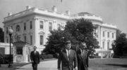31 sierpnia 1961. John F. Kennedy (z lewej) spacerujący z wiceprezydentem  Lyndonem B. Johnsonem (z prawej) alejką South Lawn w Białym Domu w Waszyngtonie DC, USA
