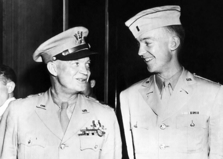 34. prezydent Stanów Zjednoczonych Dwight Eisenhower i jego syn John, 1945 /East News
