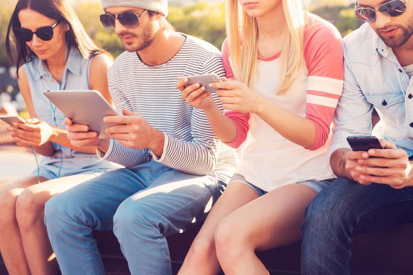 37 proc. badanych ocenia swój telefon jako ważniejszy lub równie ważny jak ich bliscy znajomi /materiały prasowe