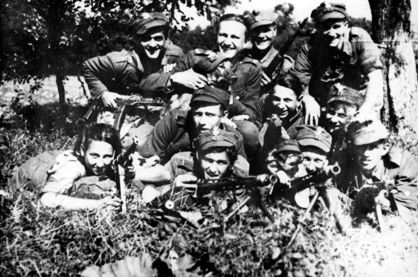 """4 Szwadron 5 Brygady AK mjr """"Lupaszki"""", pierwsza z lewej Danuta Siedzikówna ps. """"Inka"""" /KARTA /Agencja FORUM"""