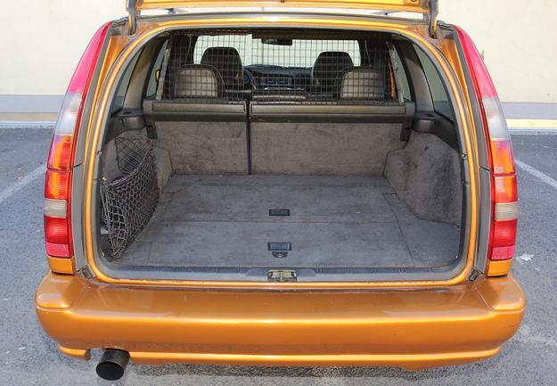 420-1580 l: bagażnik kombi ma dużą szerokość, jednak jest stosunkowo płytki. Estetyczne wykończenie. /Motor