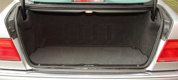 520-litrowy bagażnik ma regularny kształt, ale nie da się go powiększyć przez złożenie kanapy. /Motor