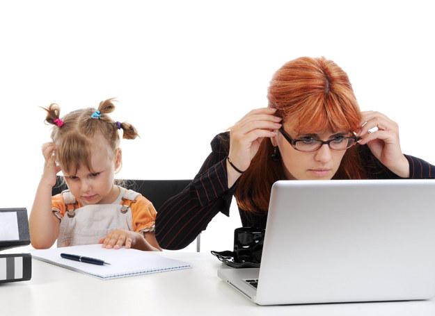 58 proc. mam zatrudnionych jest na pełen etat. Jedynie 17 proc. pracuje w niepełnym wymiarze godzin. /©123RF/PICSEL