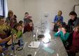"""W laboratorium chemicznym uczestnicy zajęć wykonują również """"wybuchowe"""" eksperymenty"""