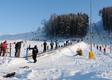 Na turystów czeka 10 oświetlonych i naśnieżanych tras narciarskich, obsługiwanych przez osiem wyciągów