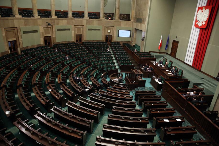 7 z 9 posłow nie znalazło czasu, by wyjaśnić przed komisją etyki nieprawidłowości dot. ich służbowych wyjazdów /Tomasz Gzell /PAP