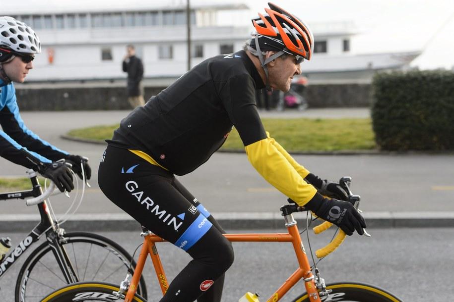 71-letni Kerry w wolnym czasie często jeździ na rowerze /JEAN-CHRISTOPHE BOTT /PAP/EPA