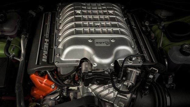 714-konny silnik 6.2 V8 z kompresorem pod maską Dodge'a Challengera SRT Hellcat /Dodge