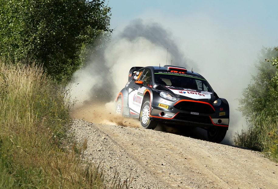 72. Rajd Polski zaliczany jest do kwalifikacji samochodowych mistrzostw świata. Na zdjęciu: Robert Kubica z pilotem Maciejem Szczepaniakiem (Ford Fiesta WRC) na trasie odcinka testowego /Tomasz Waszczuk /PAP