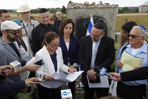 Naczelny rabin Polski Michael Schudrich (2P), współprzewodniczący Polskiej Rady Chrześcijan i Żydów Bogdan Białek (L), ksiądz Wojciech Lemański (2L-z tyłu), wiceambasador Izraela Ruth Cohen-Dar (2L-z przodu), przewodnicząca Gminy Wyznaniowej Żydowskiej w Warszawie Anna Chipczyńska (3L) oraz ocalony dzięki polskiej rodzinie Icchak Lewin (P), podczas uroczystości przy pomniku ku czci pomordowanych Żydów