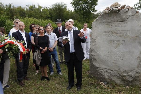 Naczelny rabin Polski Michael Schudrich (C) i dyrektor Anti-Defamation League Jonathan Greenblatt (L) podczas uroczystości przy pomniku ku czci pomordowanych Żydów