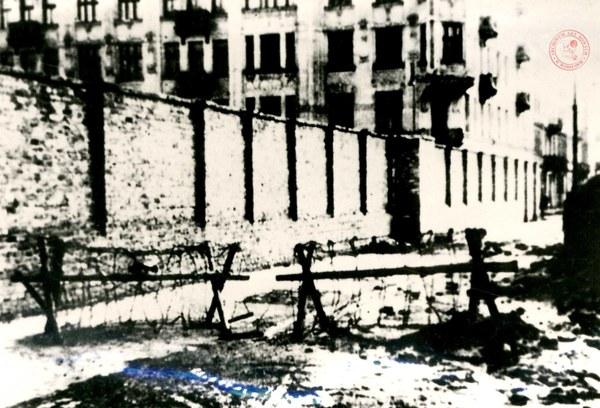 Mur w getcie warszawskim od ul. Okopowej