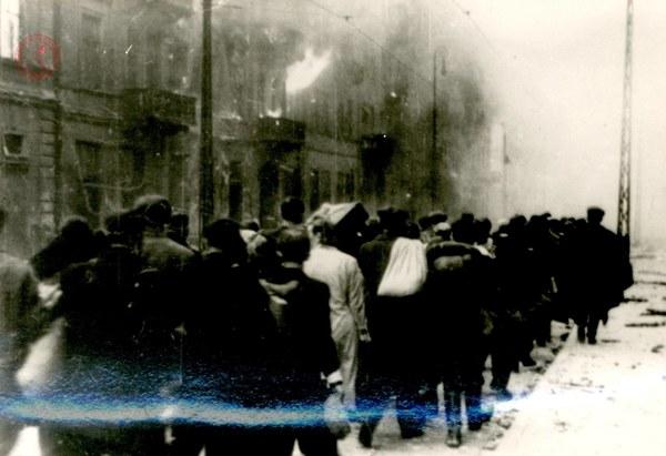 Ludność żydowska po upadku powstania w getcie warszawskim, 1943 r.