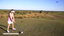 8-latka uczy się grać w golfa