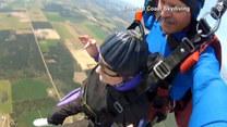 90-latka świętowała urodziny, skacząc na spadochronie