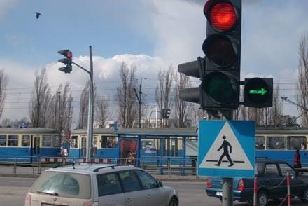A czy ty  zatrzymujesz się na skręcie warunkowym w prawo na czerwonym świetle  i zielonej strzałce? /INTERIA.PL