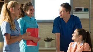 A młody chirurg, zamiast biec na salę operacyjną, zacznie… flirtować z pielęgniarkami!
