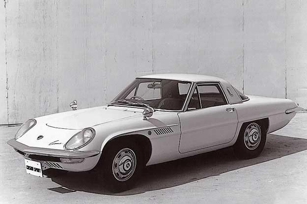 """A na zdjęciu """"archiwalna"""" mazda: cosmo sport czyli model  110S z roku 1967 /"""