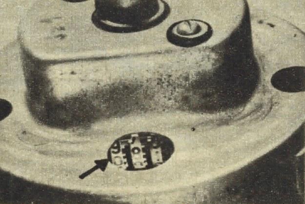 A oto jeszcze jeden z prymitywnych sposobów kosmetyki licznika. Przez specjalnie wykonany otwór w obudowie odwrotnej strony szybkościomierza palcem przesuwa się liczydła. /Motor