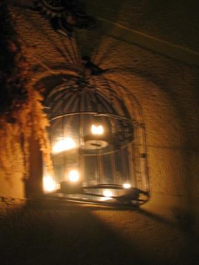 A tutaj metalowa klatka,która ma wewnątrz trzy świeczki.Po zapaleniu ich efekt jest taki jak na fotce.