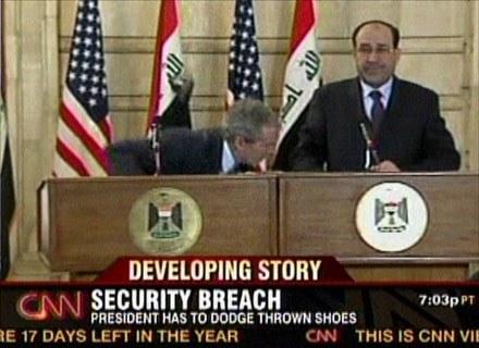 A zaczęło się od Busha... Który zręcznie uchylił się przed ciosem. /AFP