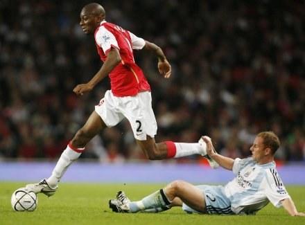 """Abou Diabi z Arsenalu mija Nickiego Butta z Newcastle, """"Kanonierzy"""" górą. /AFP"""