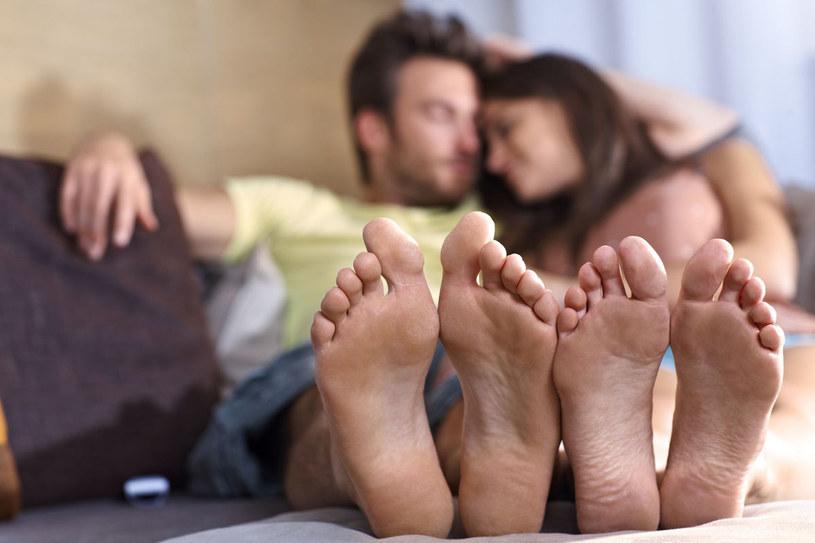Aby cieszyć się pięknymi i zdrowymi stopami, w przypadku halluksów konieczna jest ingerencja lekarza /©123RF/PICSEL