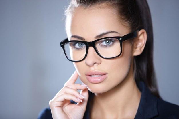 """Aby optycznie """"otworzyć"""" oko, obrysuj linię wodną białą lub cielistą kredką. /123/RF PICSEL"""