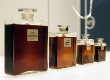 Aby poczuć się piękną i bogatą, wystarczy przecież kilka kropel bardzo dobrych perfum... /AFP