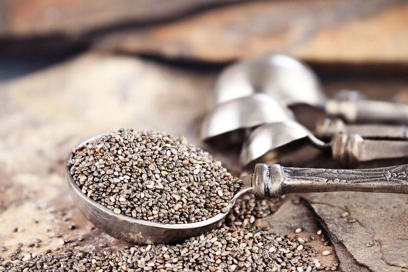 Aby przyswoić wapń, żelazo i kwasy omega-3 z nasion chia, trzeba je wcześniej namoczyć /123RF/PICSEL