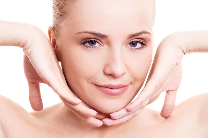 Aby skóra w tym miejscu jak najdłużej była gładka, trzeba ją regularnie odżywiać /123RF/PICSEL